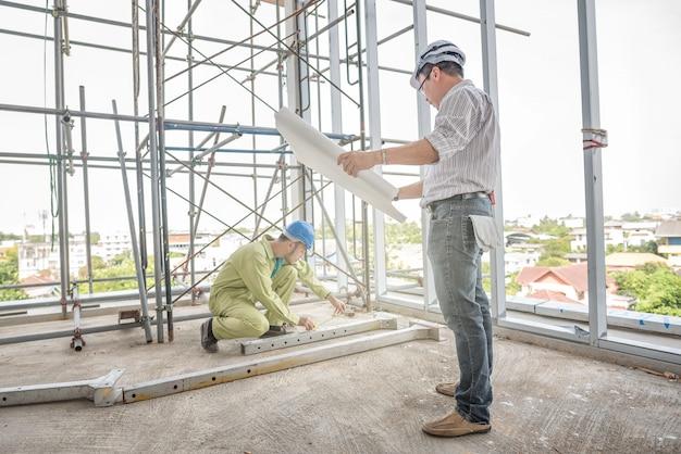 Engenheiro de construção sênior que controla o canteiro de obras.