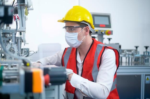 Engenheiro de controle de qualidade (qc) monitorando e verificando o sistema da máquina na fábrica