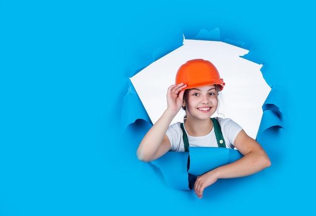 Engenheiro de criança feliz no capacete, espaço de cópia, profissão.