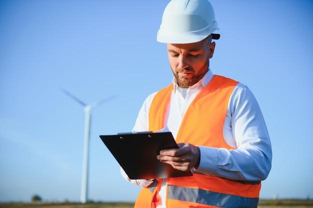 Engenheiro de energia está trabalhando com turbinas eólicas.