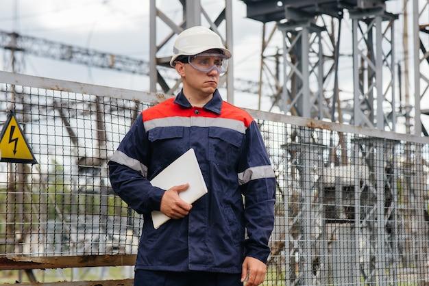 Engenheiro de energia inspeciona os equipamentos da subestação
