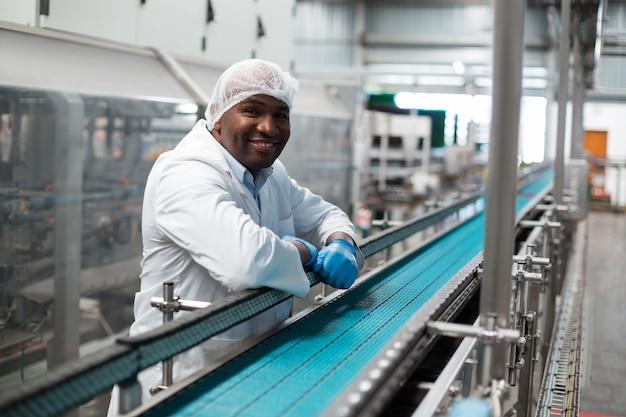 Engenheiro de fábrica, apoiando-se na linha de produção