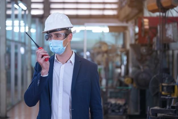Engenheiro de fábrica falando em transmissor walkie talkie