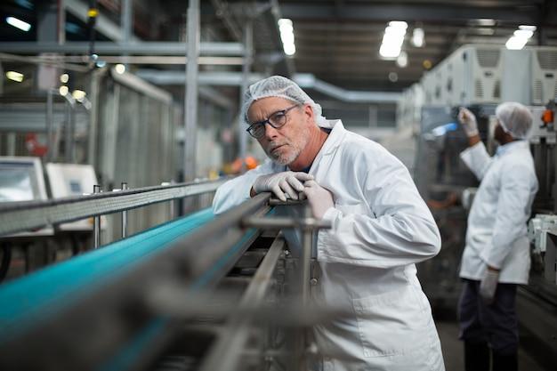 Engenheiro de fábrica que monitora a linha de produção