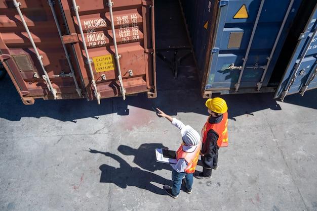 Engenheiro de logística controle no porto, carregando contêineres para caminhões exportando e importando logística
