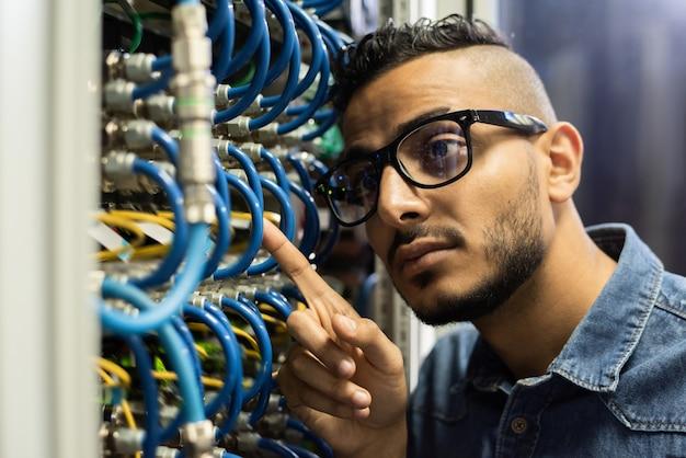 Engenheiro de manutenção examinando servidor de banco de dados