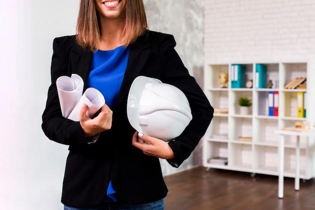 Engenheiro de mulher com um capacete