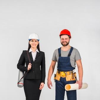 Engenheiro de mulher e construtor permanente com whatman