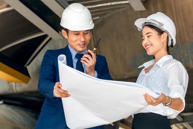 Engenheiro de negócios asiáticos bonito de gerente mulher sorrindo e falando sobre sucesso trabalhar com parceiros.