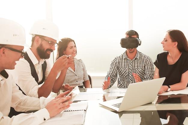 Engenheiro de óculos de realidade virtual em reunião com a equipe de negócios
