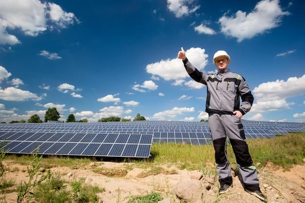 Engenheiro de painéis solares no capacete branco