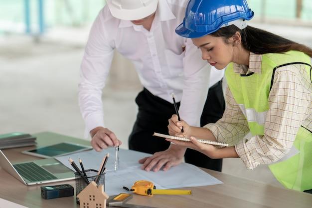 Engenheiro de projeto gerente trabalhando no canteiro de obras com colegas