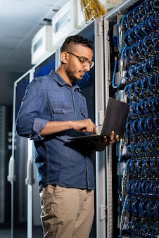 Engenheiro de rede concentrado examinando servidor de banco de dados