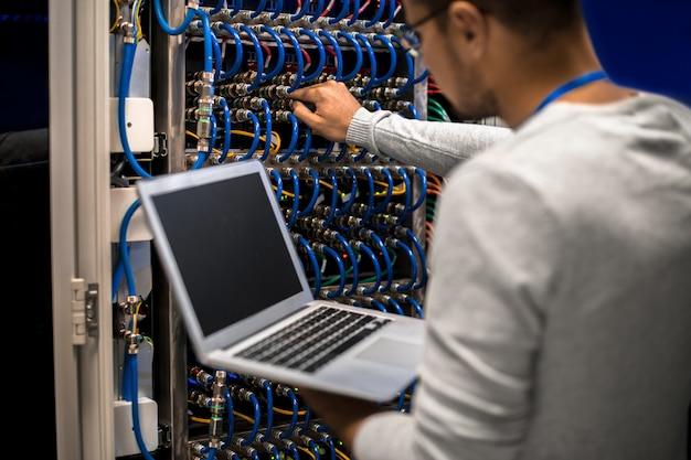 Engenheiro de rede conectando servidores