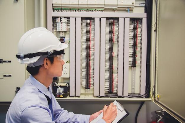 Engenheiro de sala de controle. painel de controle da usina