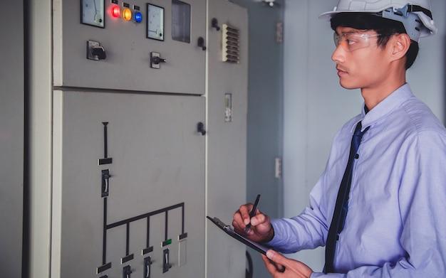 Engenheiro de sala de controle. painel de controle da usina.