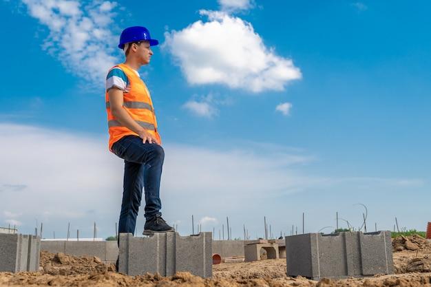 Engenheiro de segurança na construção do alicerce da casa. copie o espaço