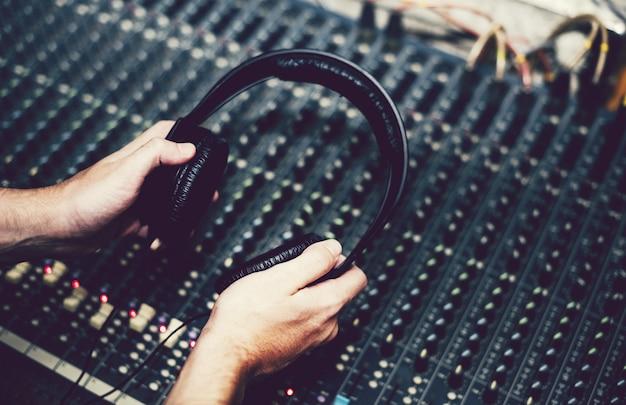 Engenheiro de som ajustando o som