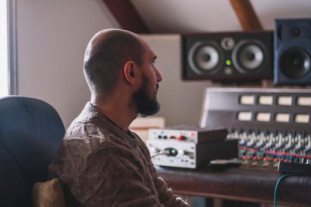 Engenheiro de som sentado no estúdio