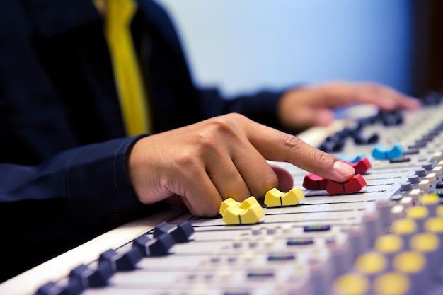 Engenheiro de som test audio system.