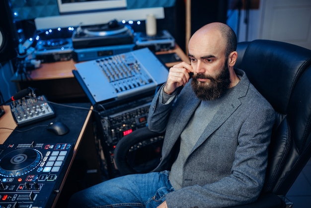 Engenheiro de som trabalhando no estúdio de gravação