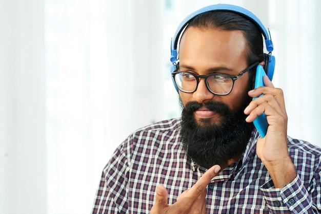 Engenheiro de ti usando tecnologias modernas para comunicação