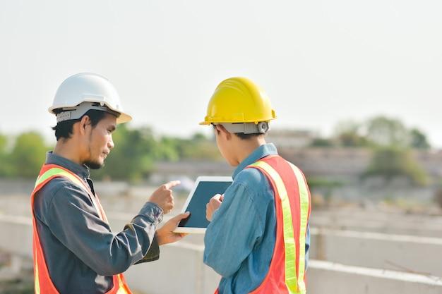 Engenheiro de trabalho em equipe trabalhando duro na construção do local