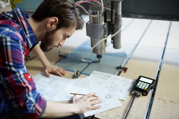 Engenheiro desenhando