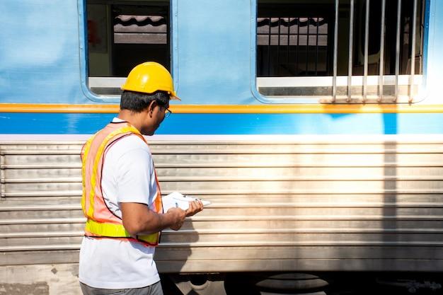 Engenheiro, desgastar, segurança, capacete, com, verificar, trem