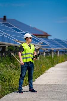 Engenheiro discutindo a instalação de painéis solares em usina de energia solar.