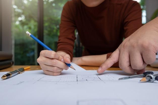 Engenheiro, e, arquiteta, conceito, engenheiro arquiteta, arquitetos, equipe escritório, trabalhando, com, desenhos técnicos