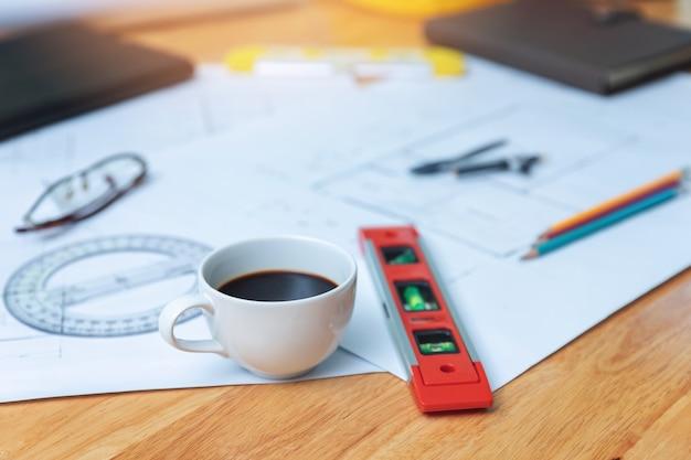 Engenheiro e arquiteto conceito, café closeup na mesa com plantas