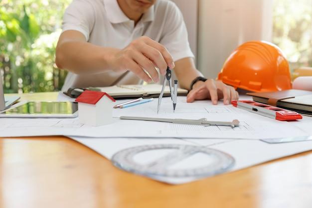 Engenheiro e arquiteto conceito, engenheiro arquitetos e equipe de escritório designer de interiores, trabalhando com plantas