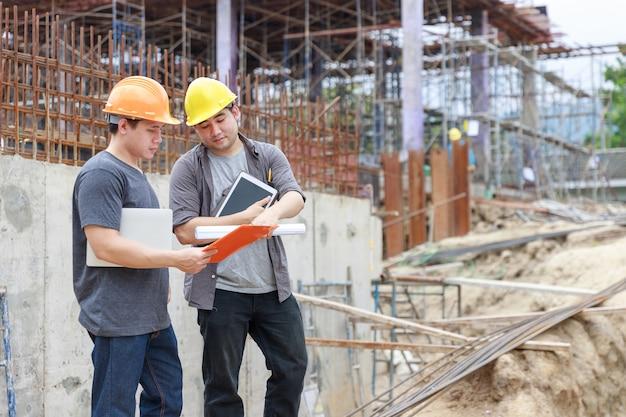 Engenheiro e arquiteto trabalhando no canteiro de obras