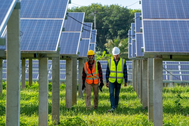 Engenheiro e eletricista inspecionam o painel solar na usina de energia solar, engenheiro trabalhando na substituição do painel solar.