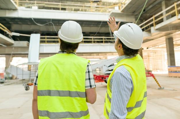 Engenheiro e trabalhador da construção civil masculino