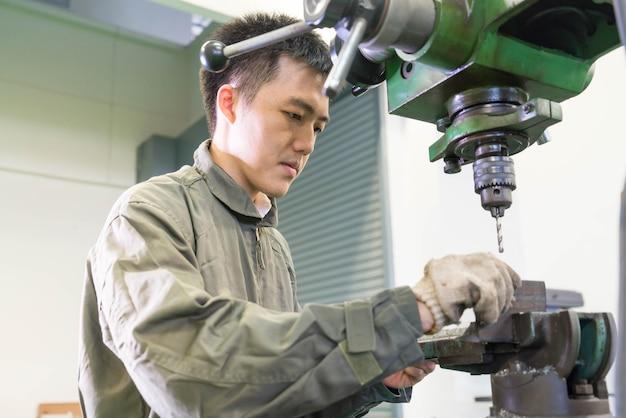 Engenheiro eletricista, trabalhando com uma máquina de robô