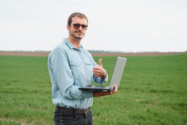 Engenheiro em campo com um laptop