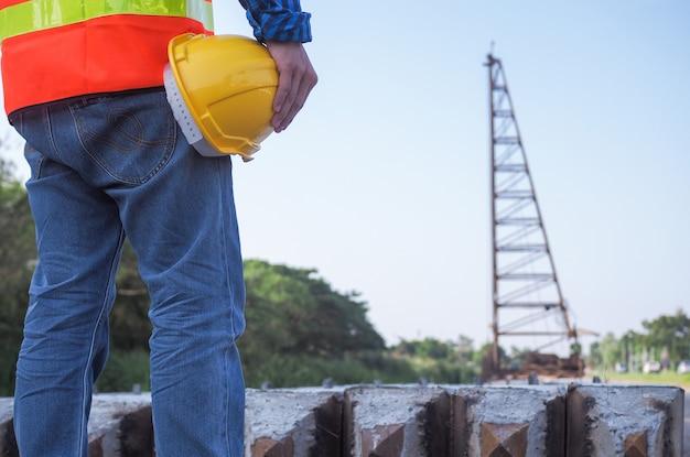 Engenheiro em pé dentro da área de construção