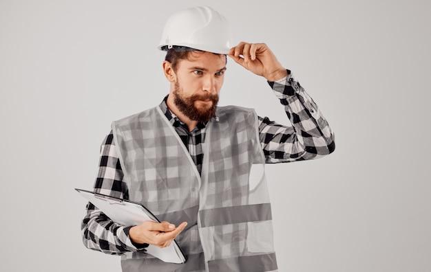 Engenheiro em um colete cinza construção trabalho projeto luz de fundo. foto de alta qualidade