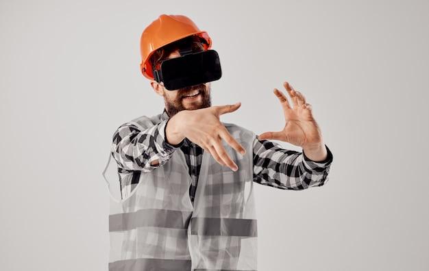Engenheiro em um fundo claro profissional de tecnologia de capacete laranja