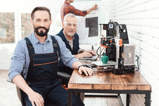 Engenheiro em um trabalho global posando em laboratório técnico