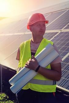 Engenheiro em uniforme de trabalho da usina solar. conceito de desenvolvimento de estação solar