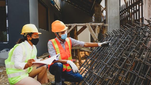 Engenheiro empreiteiro reunião da equipe de trabalho do setor de projetos no local de estruturas de construção de edifícios