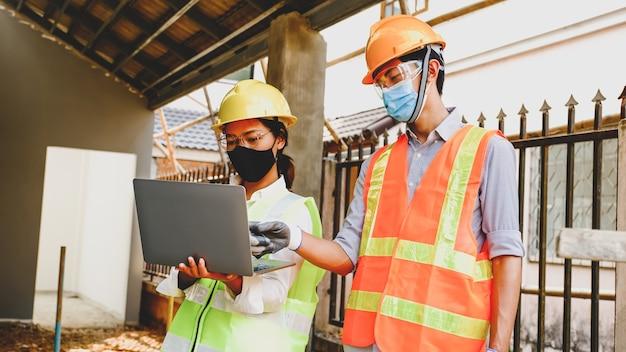 Engenheiro empreiteiro reunião plano de trabalho projeto da indústria verificar projeto no canteiro de obras