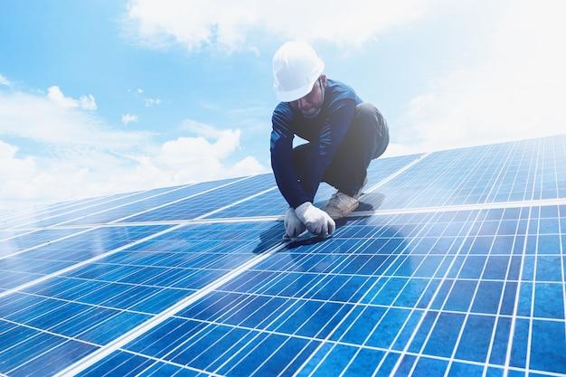 Engenheiro equipe trabalhando no painel solar de substituição em usina de energia solar