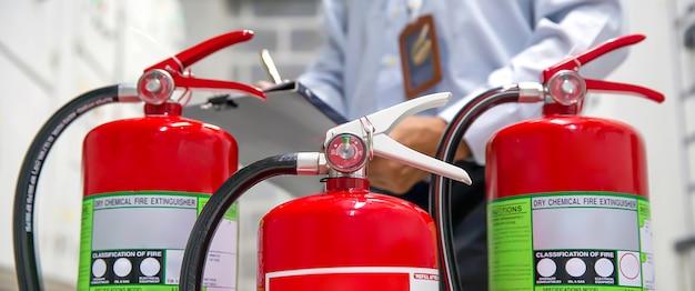 Engenheiro estão verificando e inspecionando um tanque de extintores de incêndio.