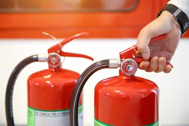 Engenheiro estão verificando lidar com um tanque de extintores de incêndio.