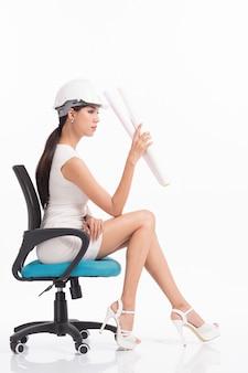 Engenheiro estrutural de garota sexy trabalhando em branco