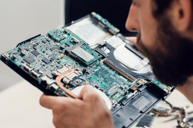 Engenheiro estudando placa-mãe de computador
